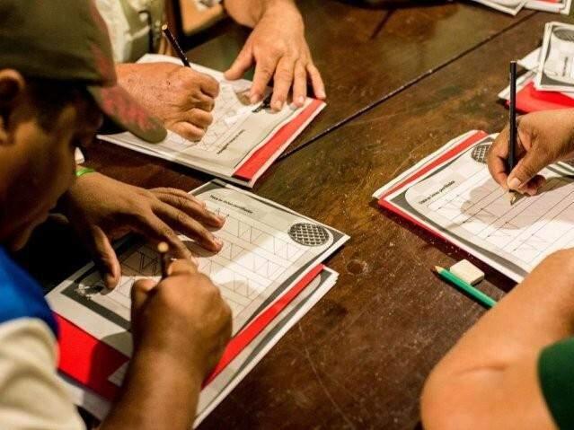O toque no papel e o manuseio do lápis, um direito de todos e um sonho de muitos; na foto, publicada pelo Lado B em junho de 2017, uma das turmas do projeto Barco das Letras, iniciativa que ensina ribeirinhos a ler e escrever na região de Miranda (Foto: Luciano Justiniano/Divulgação)