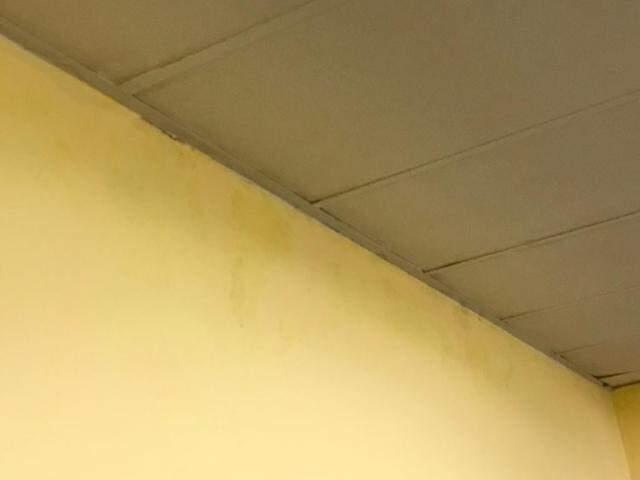 Parede com infiltração em uma das salas comerciais na galeria Dona Neta (Foto: Reprodução)