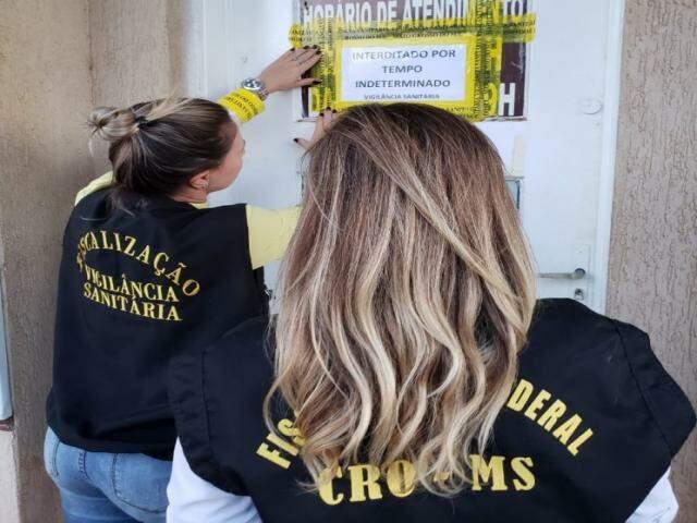 A clínica foi interditada durante ação conjunta de fiscalização do CRO-MS e Vigilância Sanitária (Foto: CRO-MS)