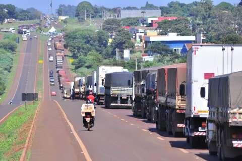 Reinaldo estuda melhorias para caminhoneiros, mas protesto já causa prejuízo