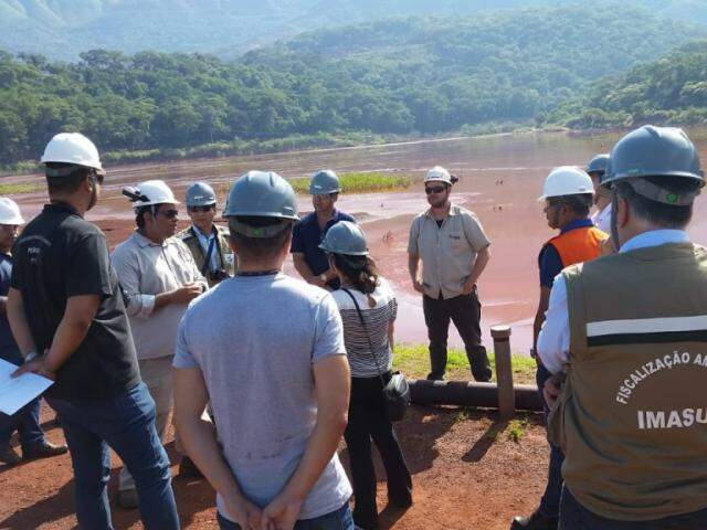Força-tarefa contou com a presença de agentes do Imasul, engenheiros, Defesa Civil, entre outros. (Foto: Edemir Rodrigues)
