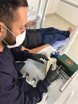Profissional mostra o kit para próteses, procedimento feito com material de alto padrão. (Foto: Divulgação)