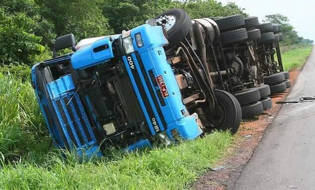 Para não bater no ônibus o motorista tentou desviar, causando o tombamento. (Foto: PC de Souza)