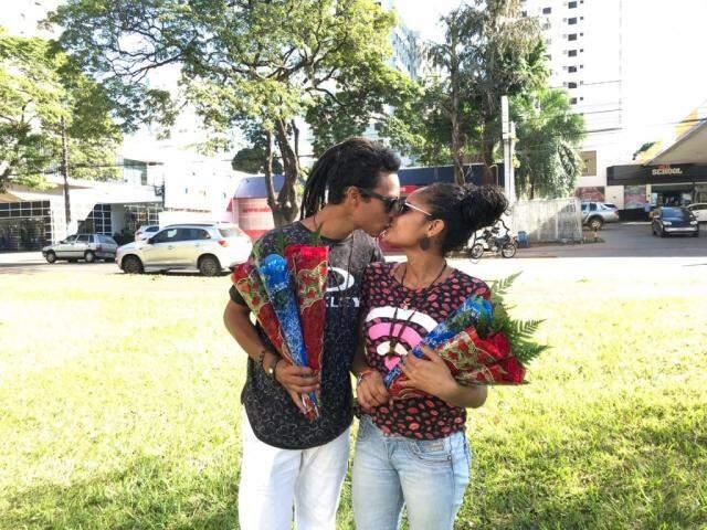 O casal José e Débora encontrou, no Dia dos Namorados, uma forma de ganhar uma renda extra (Foto: Kerolyn Araújo)