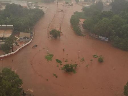 Córrego Segredo transbordou em decorrência do temporal da tarde desta quinta (Foto: Direto das Ruas)