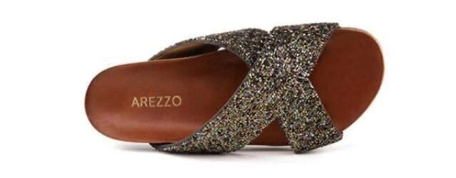 Modelo Arezzo, com brilho.