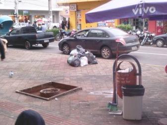Os resíduos se acumularam desde o inicio da semana, quando houve a paralisação da coleta de lixo.(Foto:Direto das Ruas)