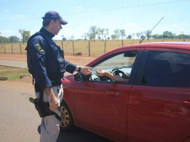 Policial faz abordagem na BR-163, em Campo Grande. (Foto: Marina Pacheco)