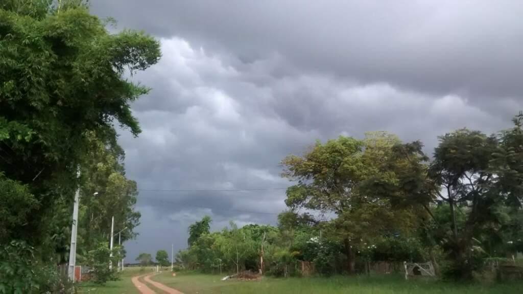 Em Campo Grande, na saída para São Paulo, nuvens carregadas (Foto: Simão Nogueira)