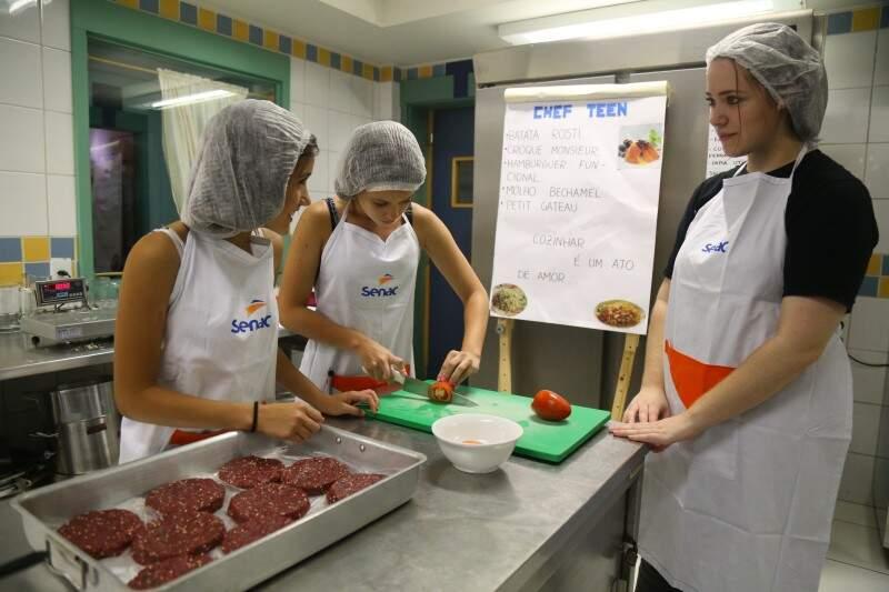 Hambúrguer de carne foi feito pelas meninas durante o curso teen (Foto: Fernando Antunes)