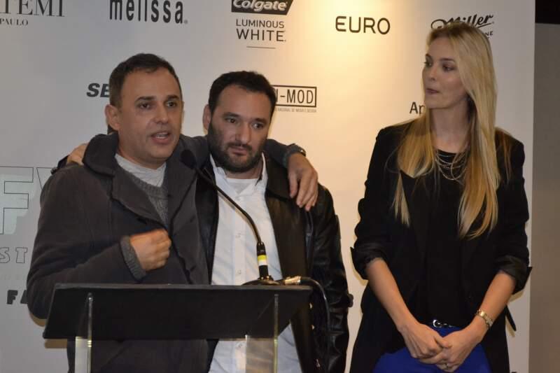 Paulo Borges, Marcelo Rosenbaum e Carol Trentini na abertura do São Paulo Fashion Week (Foto: Ângela Kempfer)