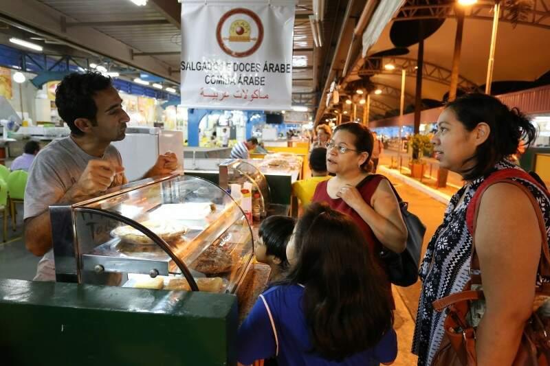 Yasser tentando uma conversa com as clientes. (Foto: Marcelo Victor)