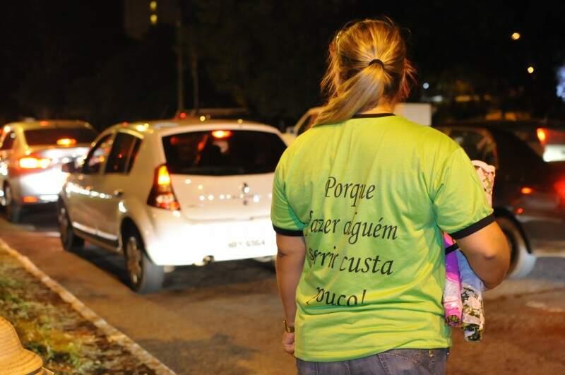 Para começar as vendas ele fez até camisetas (Foto: Alcides Neto)