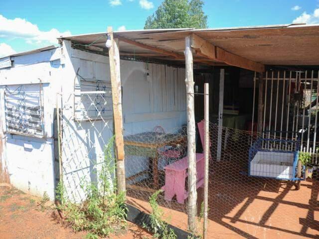 Construção de novo barraco até teve ajuda, mas foi toda sob orientação da idosa. (Foto: Paulo Francis)