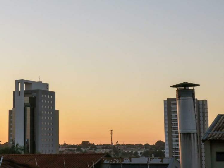 Tempo amanheceu claro em Campo Grande e n~´ao há previsão de chuva (Foto: Henrique Kawaminami)