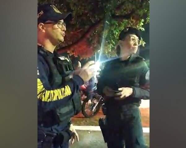 Em vídeo, guarda aparece conversando com PM após a abordagem do coronel (Foto: Reprodução)