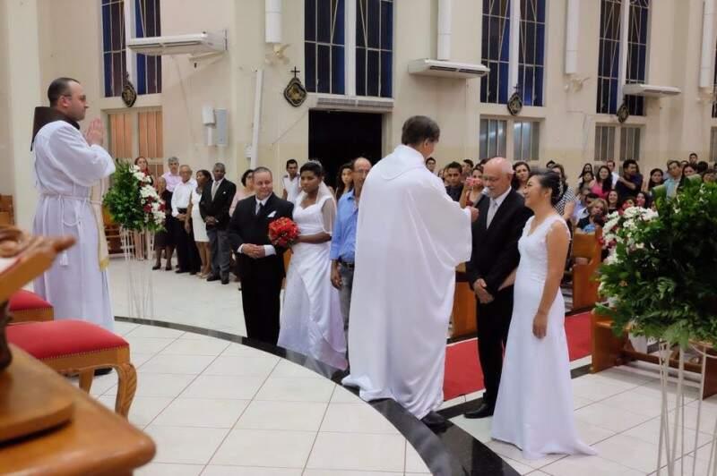 Casamento foi comunitário em igreja e festa aconteceu em casa. (Foto: Arquivo Pessoal)