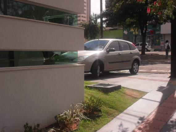 Carro sobre a calçada no cruzamento da avenida Mato Grosso com a rua Arthur Jorge