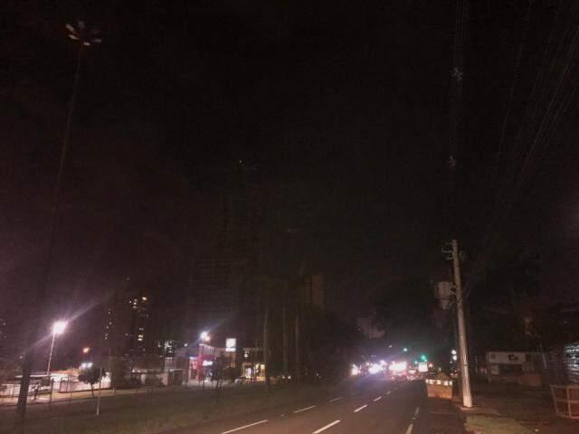 Falta de visibilidade compromete principalmente o tráfego de quem segue pela ciclovia da avenida. (Foto: Direto das Ruas)