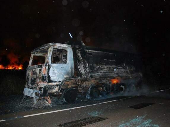 Fogo teria começado na parte dianteira do veículo. (Foto: Tiago Apolinário/Da Hora Bataguassu)