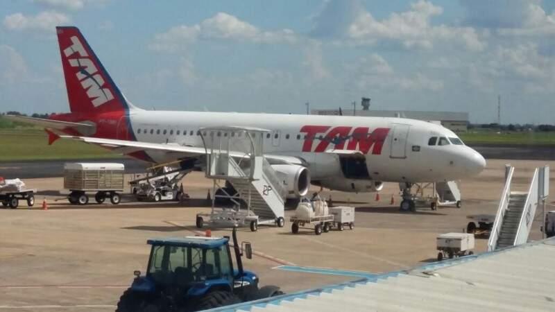 Avião ficou parado por um tempo no aeroporto da Capital. (Foto: Direto das Ruas)