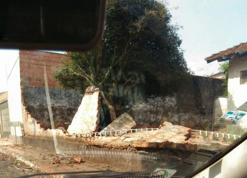 O muro caiu devido a ventania pelo bairro no inicio desta tarde. (Foto: Direto das Ruas)