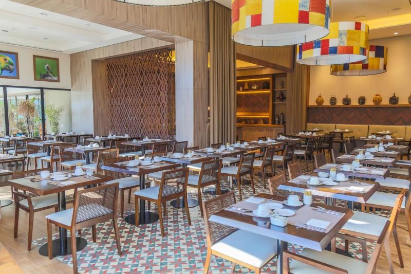 Grandes cortinas e detalhes dividem ambientes entre restaurante e buffet. (Foto: Fernando Antunes)