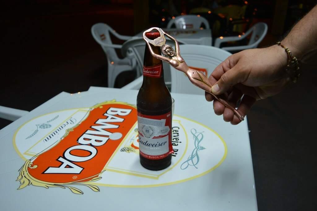 Abridor faz sucesso entre a clientela. (Foto: Thaís Pimenta)