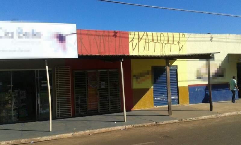 Quatro comércios foram pichados em rua do bairro Moreninha. (Foto:Direto das Ruas)
