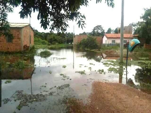Água do Rio Miranda avançando sobre casas (Foto: Amarildo Arguelho)