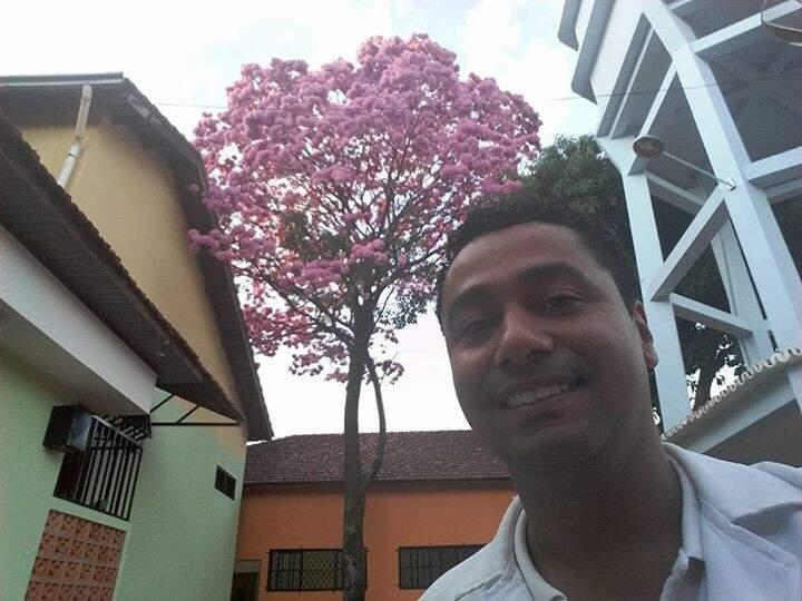 O técnico de enfermagem Daniel Leão fez uma selfie com um exemplar de ipê que fica no hospital onde ele trabalha. (Foto: Direto das Ruas/ Daniel Leão)