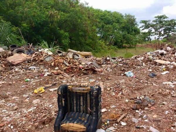 Moradores denunciam que o lixo é jogado diretamente no solo, sem a destinação correta. (Foto: Direto das Ruas)