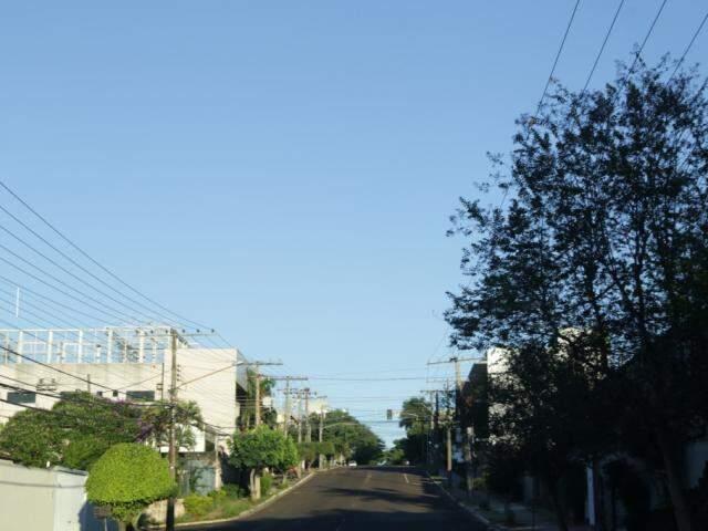 Manhã de sábado começa com céu claro em Campo Grande. (Foto: Kísie Ainoã)