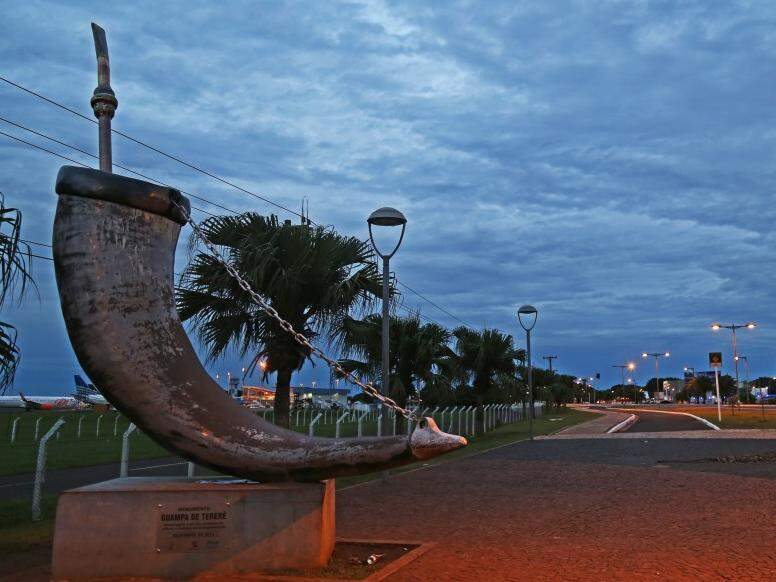 Dia amanheceu com céu fechado na capital sul-mato-grossense (Foto: Marcos Herminio)