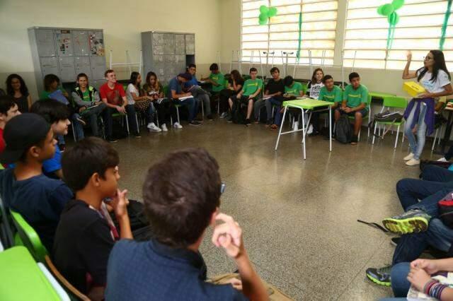 Estudantes se reúnem para o primeiro dia de aula (Foto: Marcos Ermínio/Arquivo)