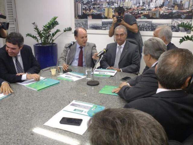 Governador Reinaldo Azambuja e secretários se reuniram com os deputados (Foto: Leonardo Rocha)