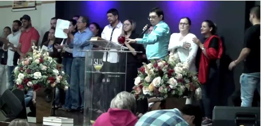 As pessoas choram, repetem frases, berram aleluia e parecem acreditar em cada afirmação do pastor.
