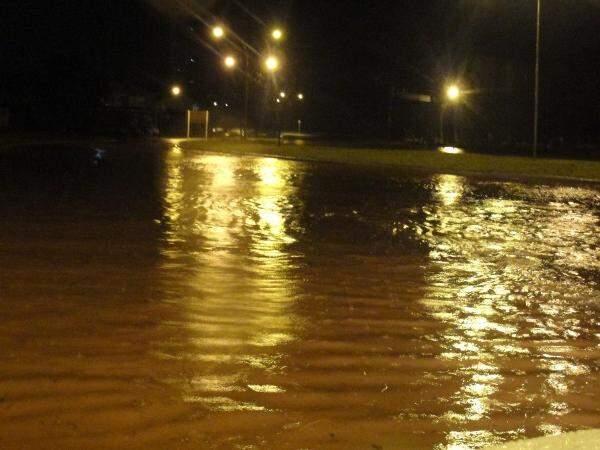 Trecho da Rua Professor Luís Alexandre de Oliveira, chamada de Via Parque, próximo ao Shopping Campo Grande, coberta pela água nesta madrugada.  (Foto: Marcos Ermínio)