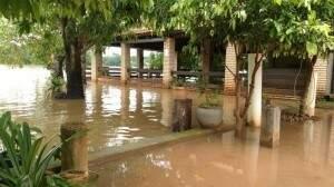 Rio Taquari invadiu diversos estabelecimentos em Coxim. (Foto: Édison Brandão)