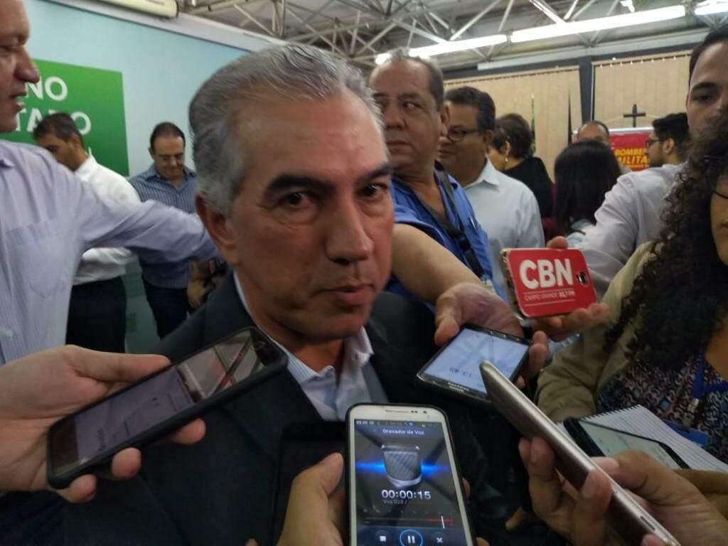 Governador Reinaldo Azambuja durante entrevista na manhã desta segunda-feira (Foto: Leonardo Rocha)