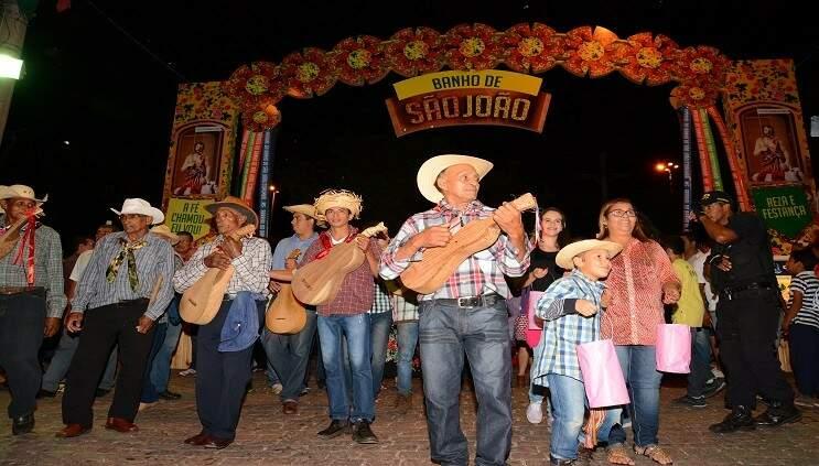 No Arraial de São João os festeiros promovem um arrasta pé e aproveitam a festa  (Foto: Renê Carneiro/ Prefeitura de Corumbá)