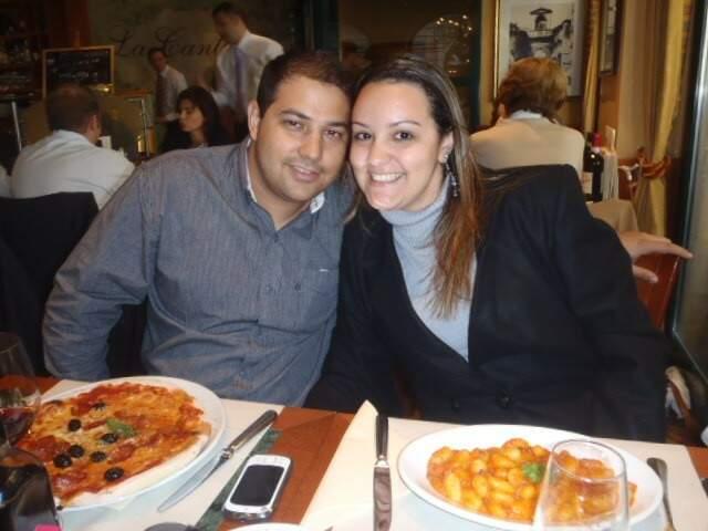 Gabriel e a esposa, Carolina, em mais um jantar. (Foto: Arquivo Pessoal)