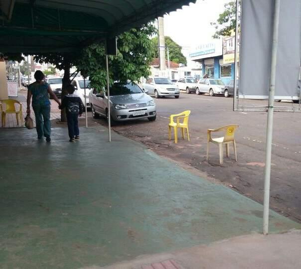 Todos os dias cadeiras ocupam vaga na rua 14 de Julho. (Foto: Repórter News)