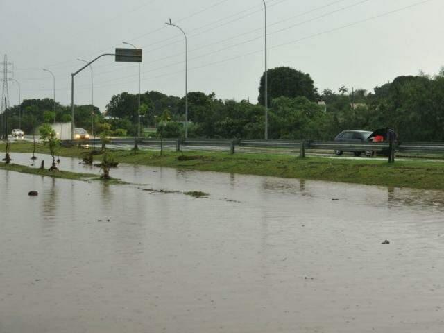 Ruas viraram rios no Jardim Leblon e Bonança. (Foto: Alcides Neto)