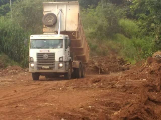 Caminhão descarregando entulho em terreno próximo a rodovia MS-010 (Foto: Guarda Civil Municipal)