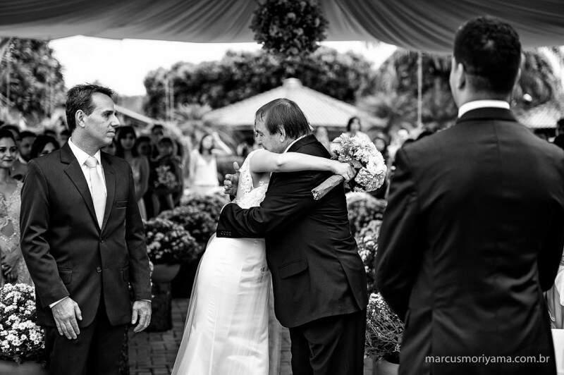 O abraço emocionado no pai (Foto: Marcus Moriyama)