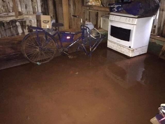 Casa inundada em Caarapó (Foto: Alô Caarapó/Arquivo).