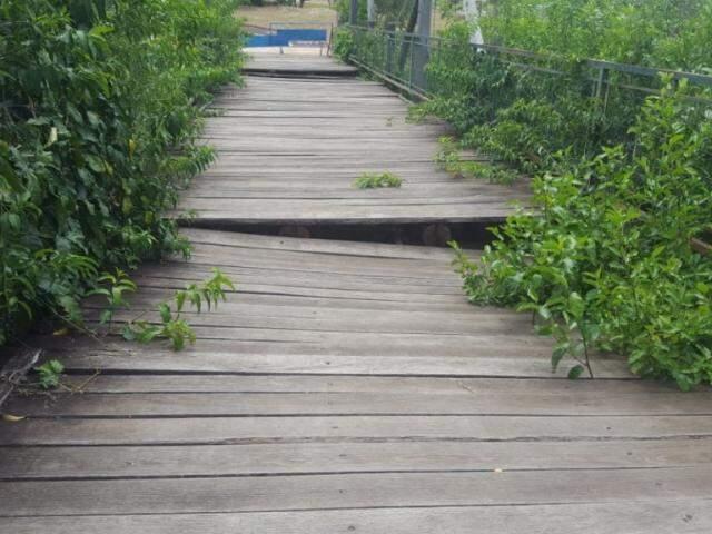 Partes da passarela cedeu e passagem está interditada há quatro meses (Foto: Direto das Ruas)