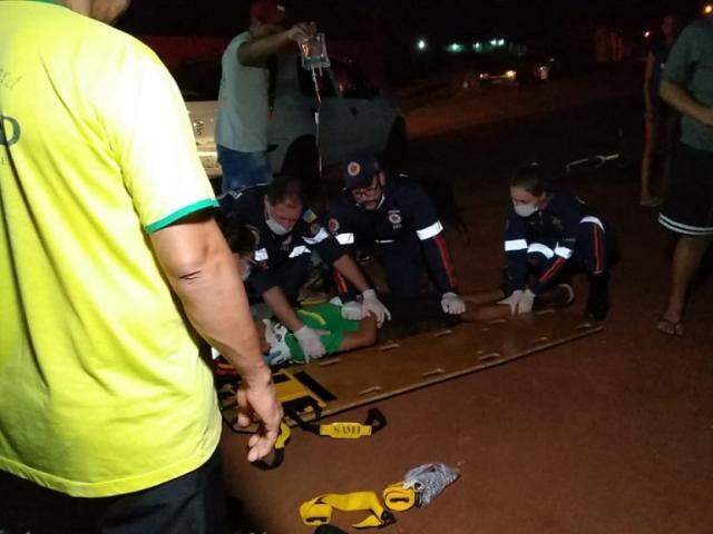 Equipe do Samu durante primeiros socorros ao garoto. (Foto: Adilson Domingos)
