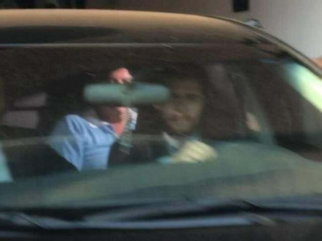 Cinco meses depois, ex-governador deixando presídio em veículo. (Foto: Paulo Francis)